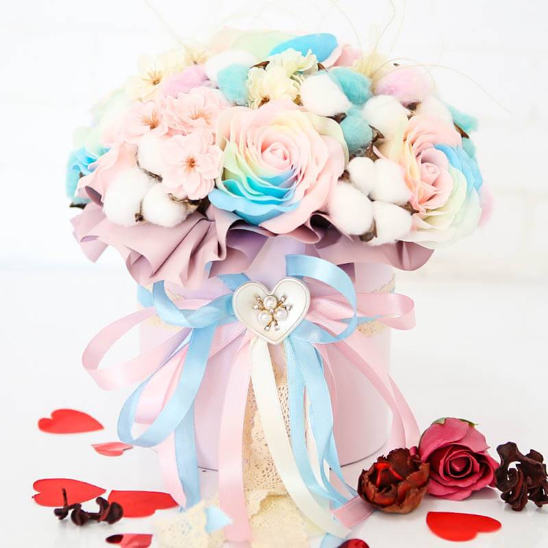 Шляпная коробка с мыльными розами светящимися в темноте