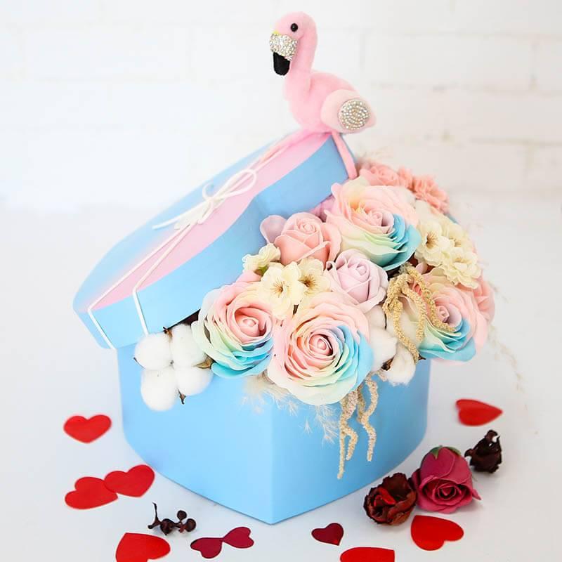 Коробочка сердце с мыльными розами и фламинго