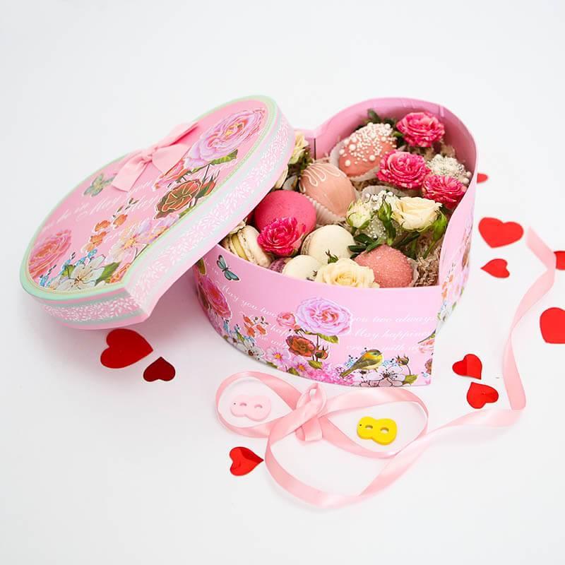Коробочка сердце с клубникой в шоколаде и розами