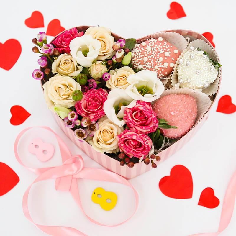 Коробочка сердце с клубникой в шоколаде