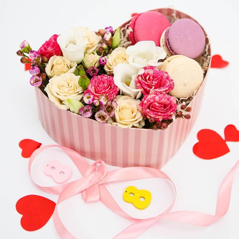 Коробочка сердце с Макаронс и цветами