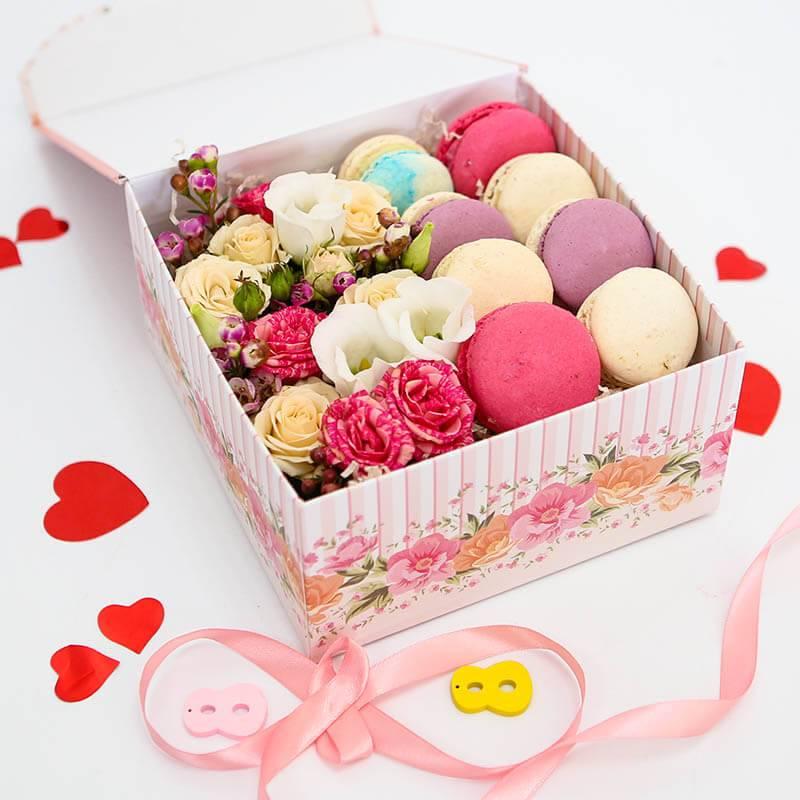 Макаронс с цветами в коробке