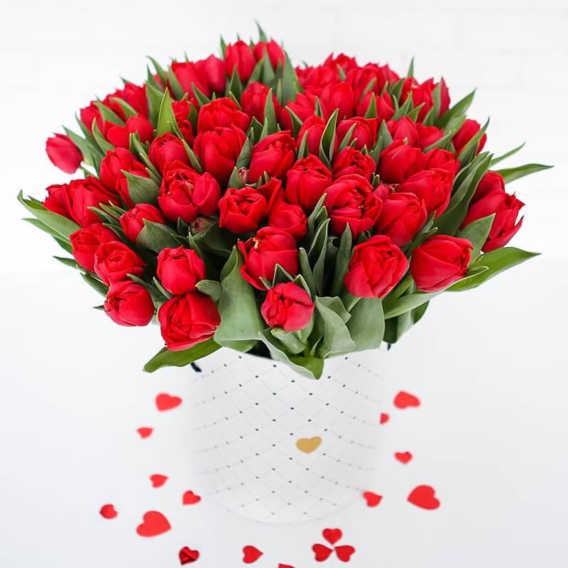 Шляпная коробка с красными пионовидными тюльпанами 101 шт.
