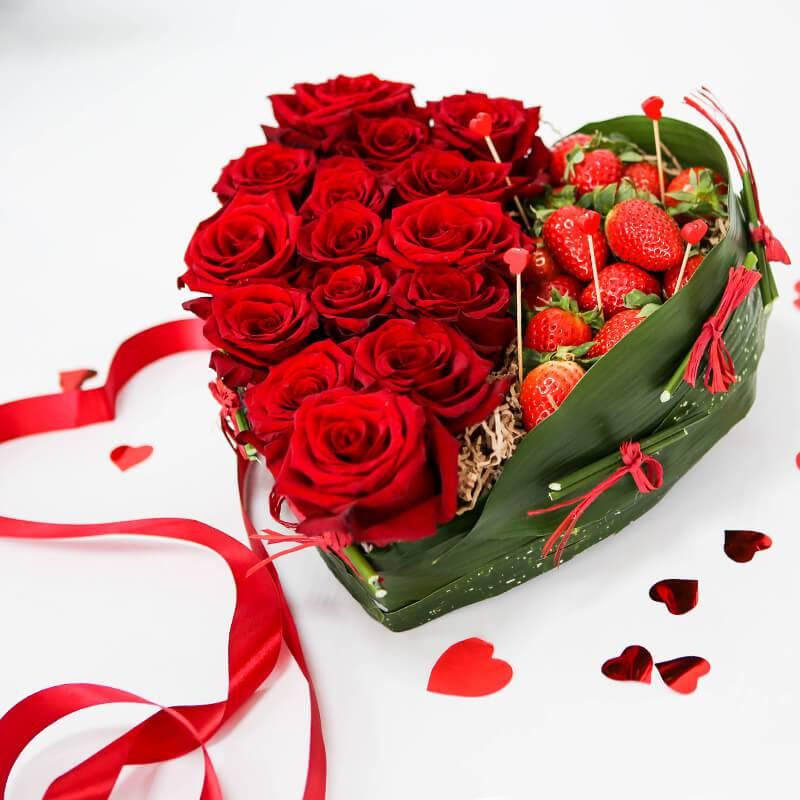 Сердце из роз со свежей клубникой