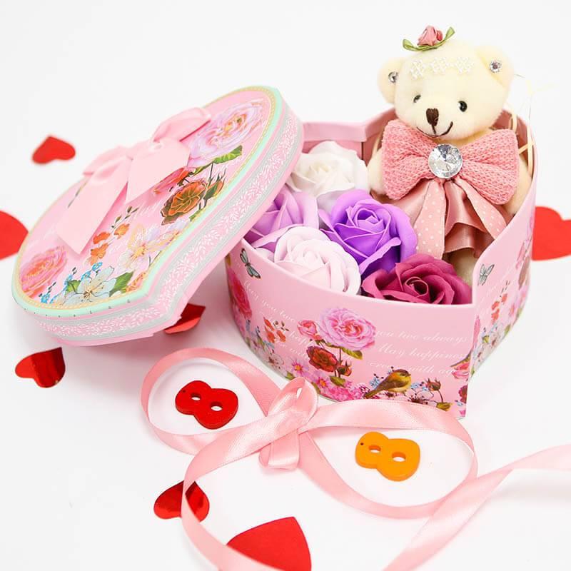 Набор из мыльных роз и игрушки