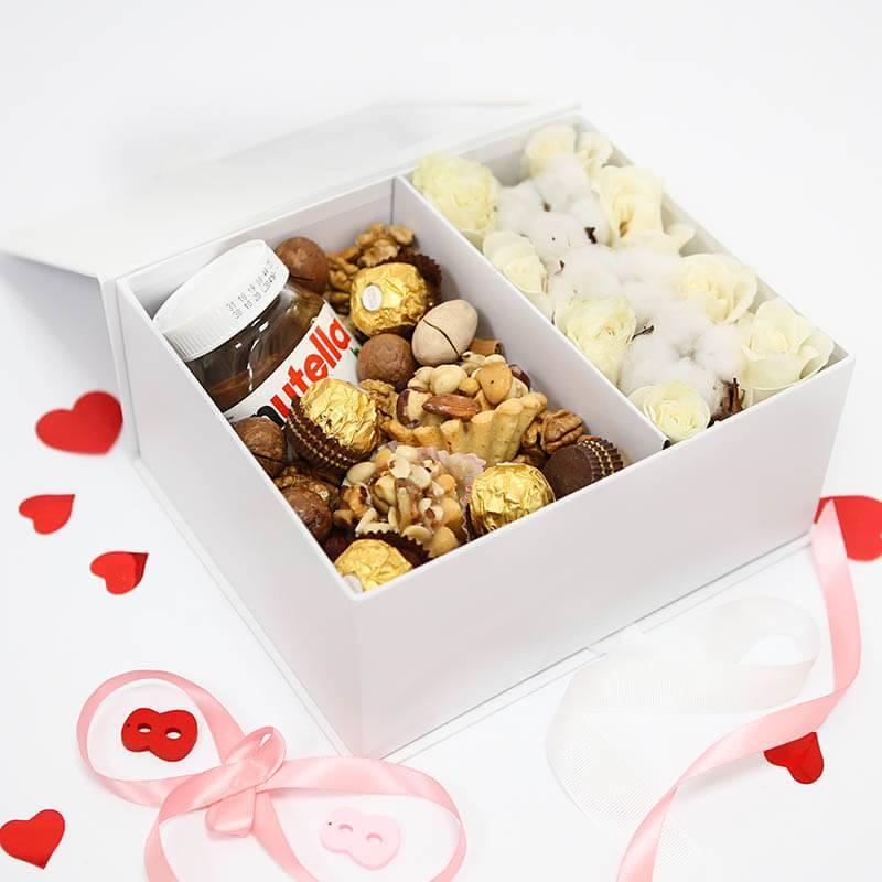 Подарочный набор с розами и сладостями