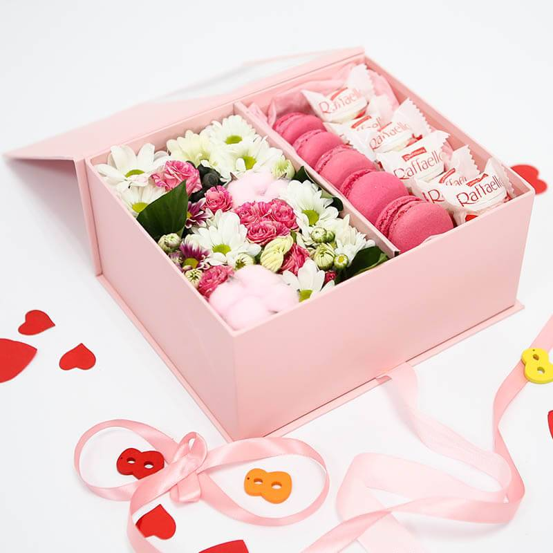 Макаронс с цветами и конфетами