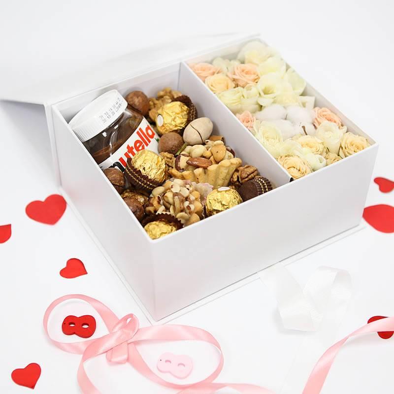 Подарочный набор с цветами и сладостями