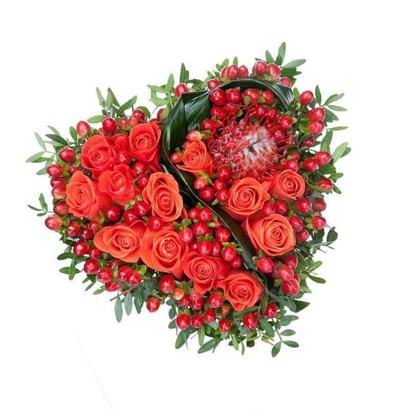 """Композиция из цветов в форме сердца """"Чары Купидона"""""""