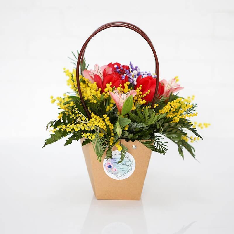 Композиция из цветов в декоративном пакете