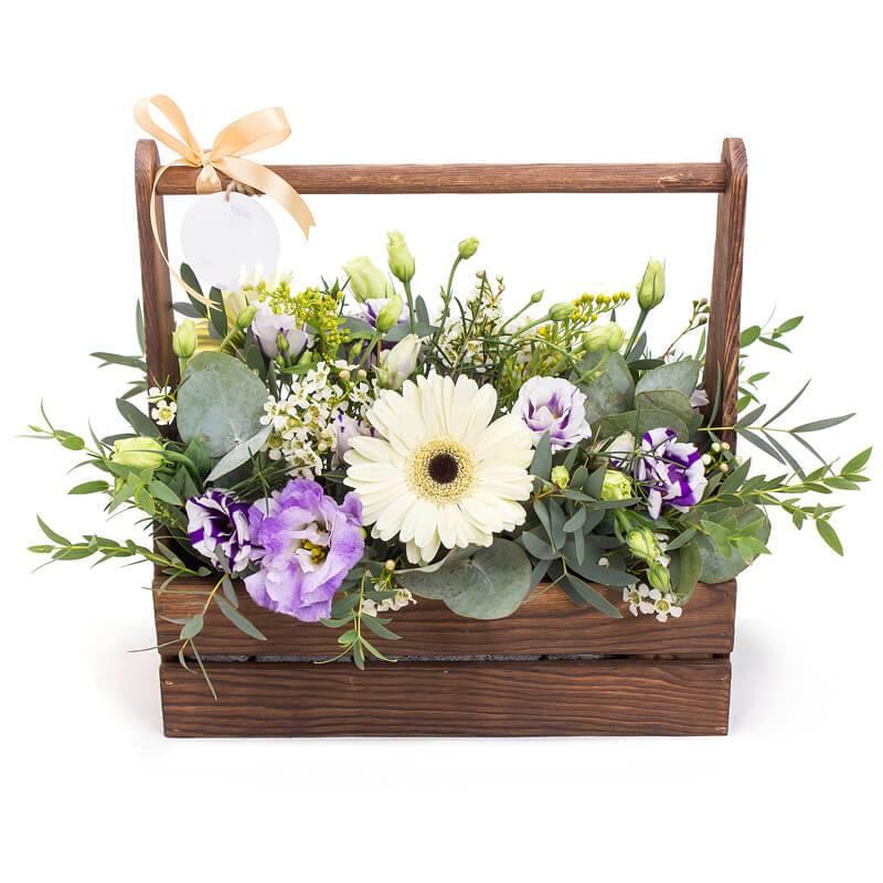 Композиция  в деревянном ящике с цветами