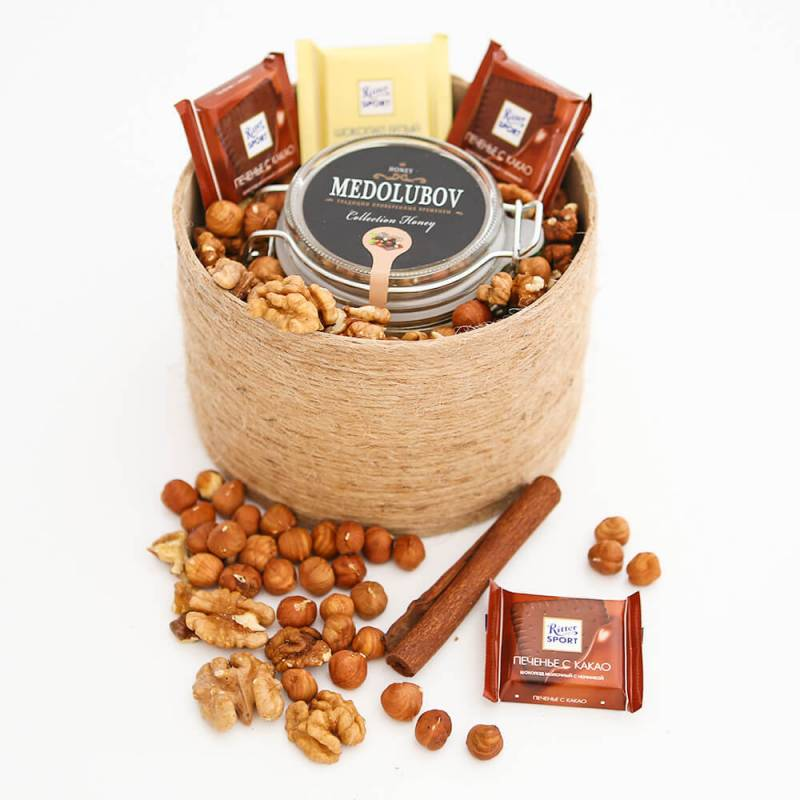 Коробочка с медом и орехами