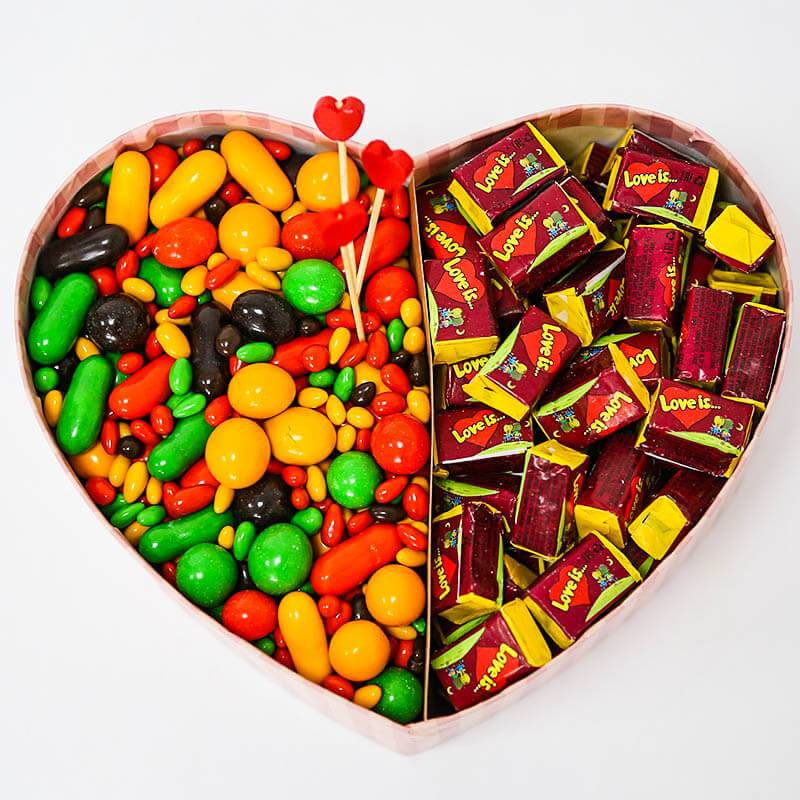 Коробочка сердечко с  шоколадным драже и Love is...