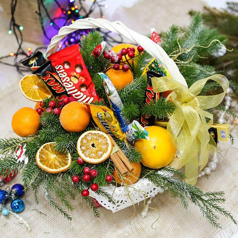 Корзина с фруктами и шоколадом на Новый год