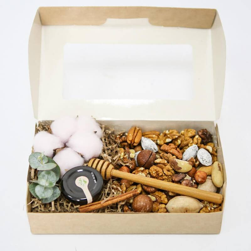 Крафт коробка с орехами и медом