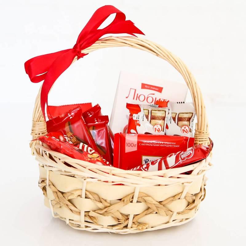Подарочная корзина с конфетами и шоколадом
