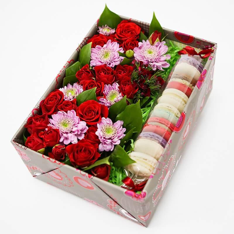 "Макаронс с цветами в коробке ""Аромат"""