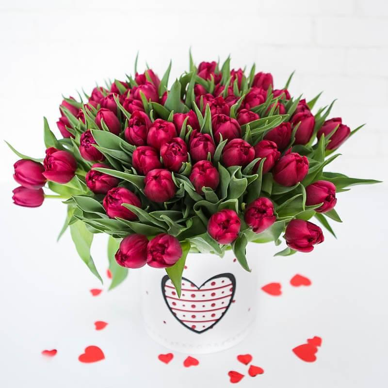 Шляпная коробка с малиновыми пионовидными тюльпанами 101 шт.
