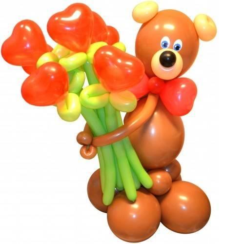 Мишка из шаров с букетом цветов