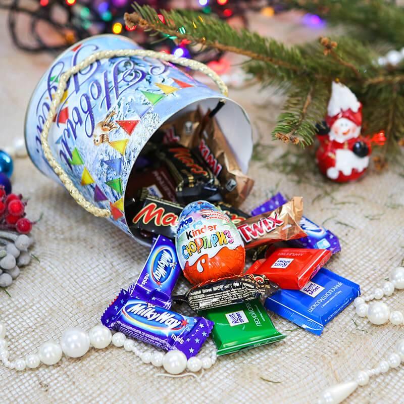 Набор сладостей для детей на Новый год.