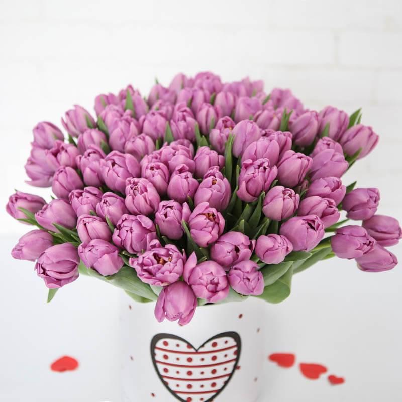Шляпная коробка с лиловыми пионовидными тюльпанами 101 шт.