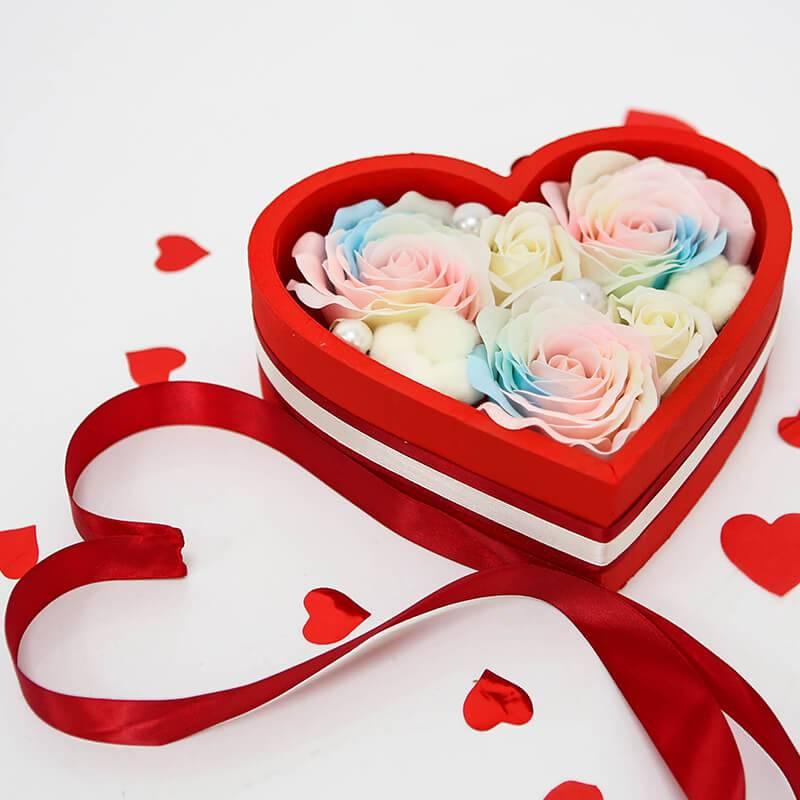 Коробочка сердце с мыльными розами светящимися в темноте