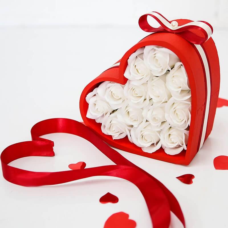 Красное сердце с мыльными розами