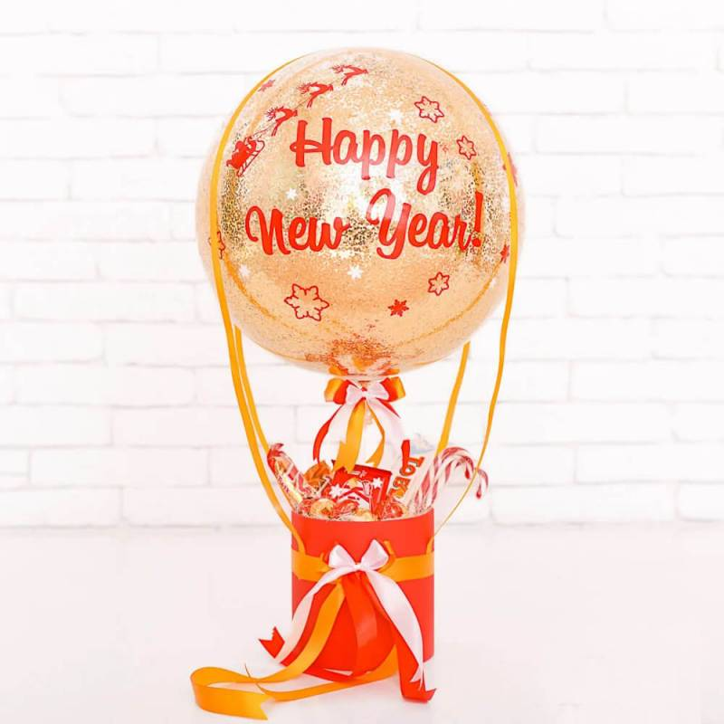 Новогодняя композиция из сладостей и воздушного шара с декором