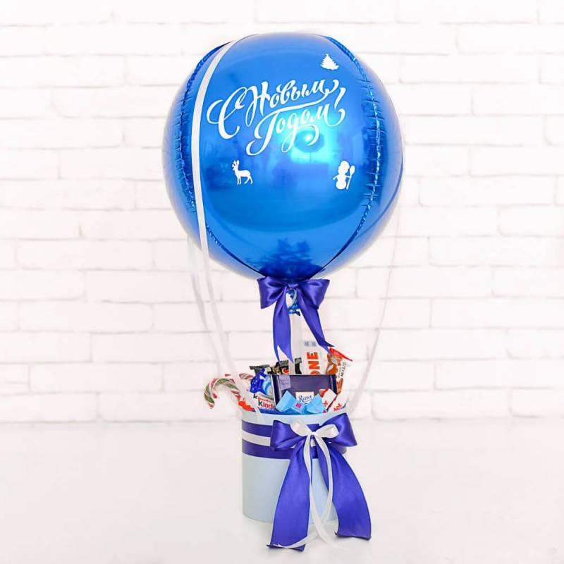 Новогодняя композиция со сладостями и шаром с декором