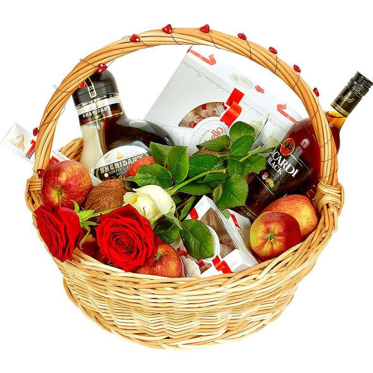 Подарочная корзина с конфетами и фруктами.
