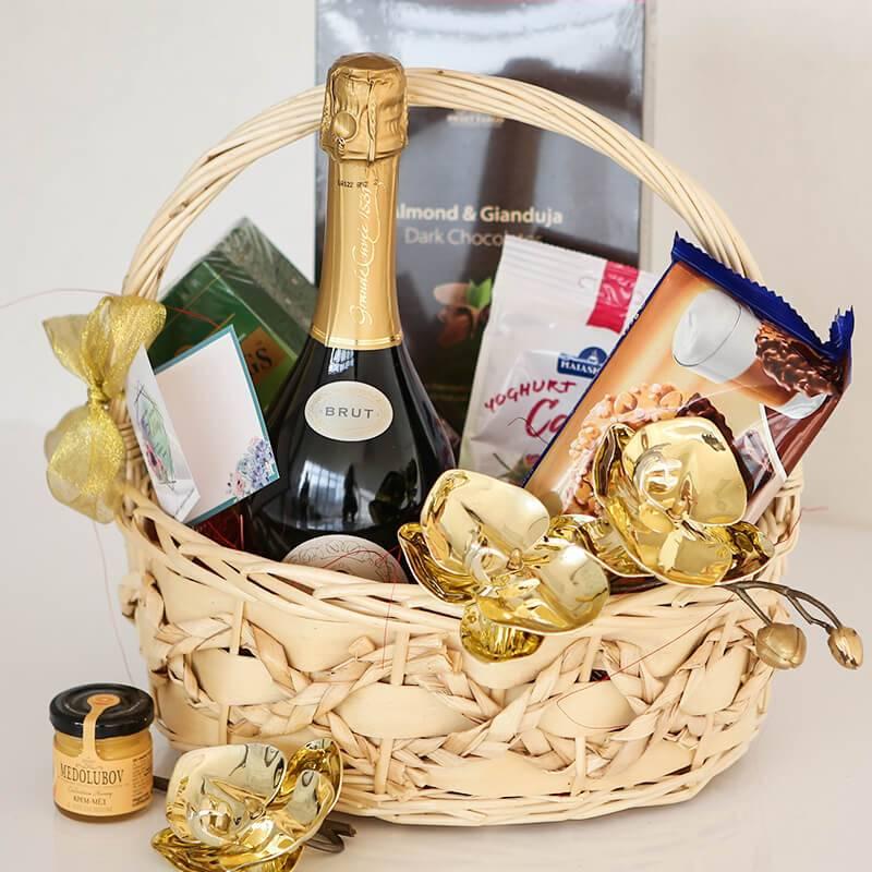 Подарочная корзина с конфетами и шампанским