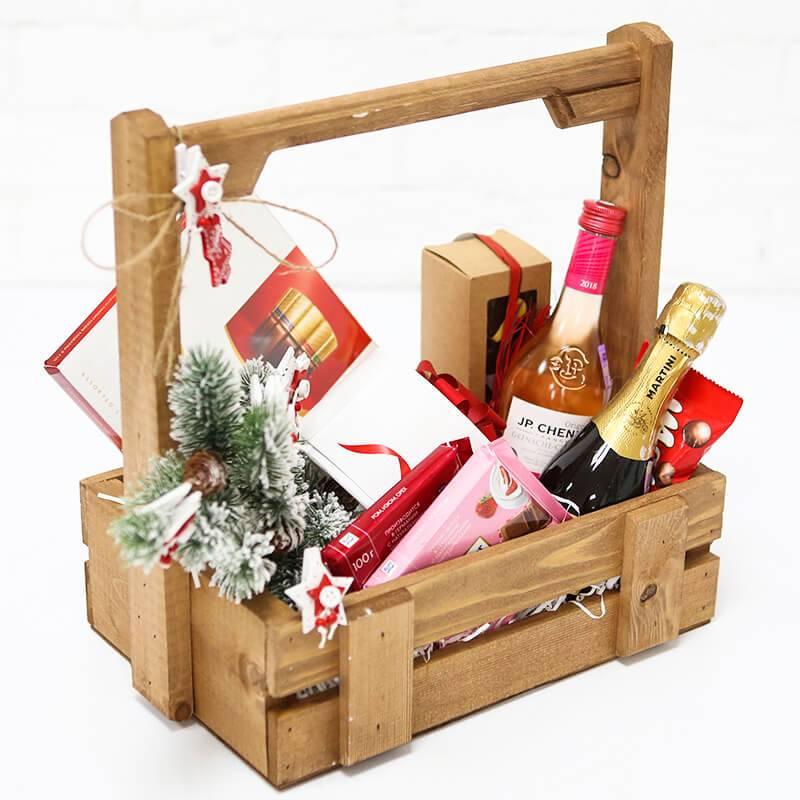 Подарочный набор на новый год с конфетами и алкоголем