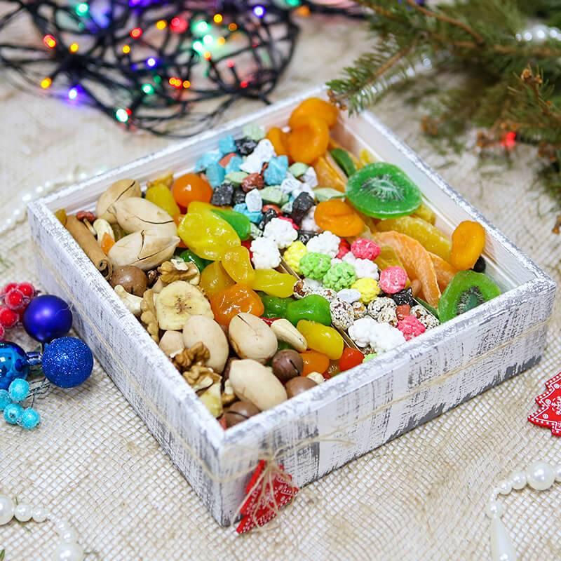 Подарочный набор с орехами и сухофруктами