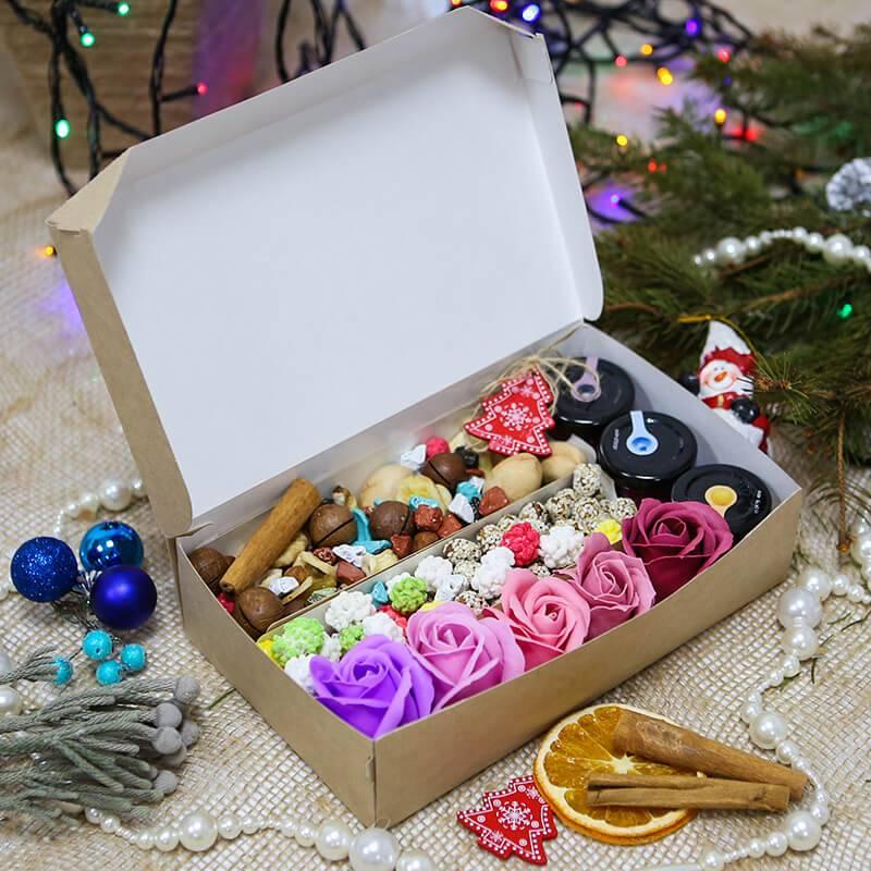 Подарочный набор с орехами, медом и мыльными розами