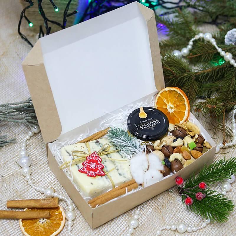 Подарочный набор с сыром и медом в крафт коробке