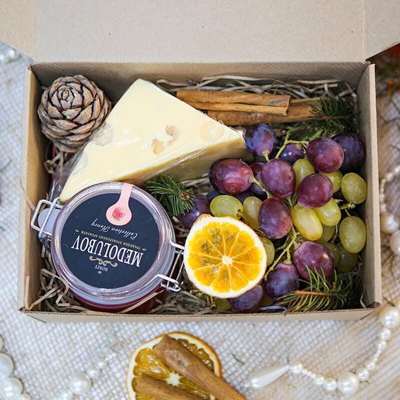 Подарочный набор с сыром, медом и виноградом в крафт коробке.
