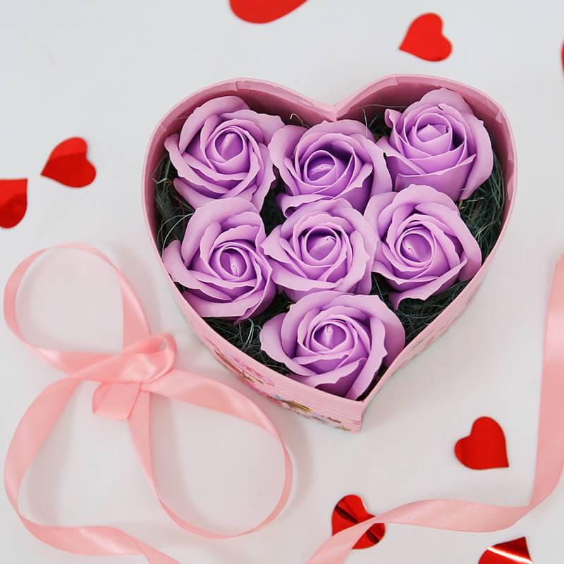 Розовое сердце с лиловыми мыльными розами