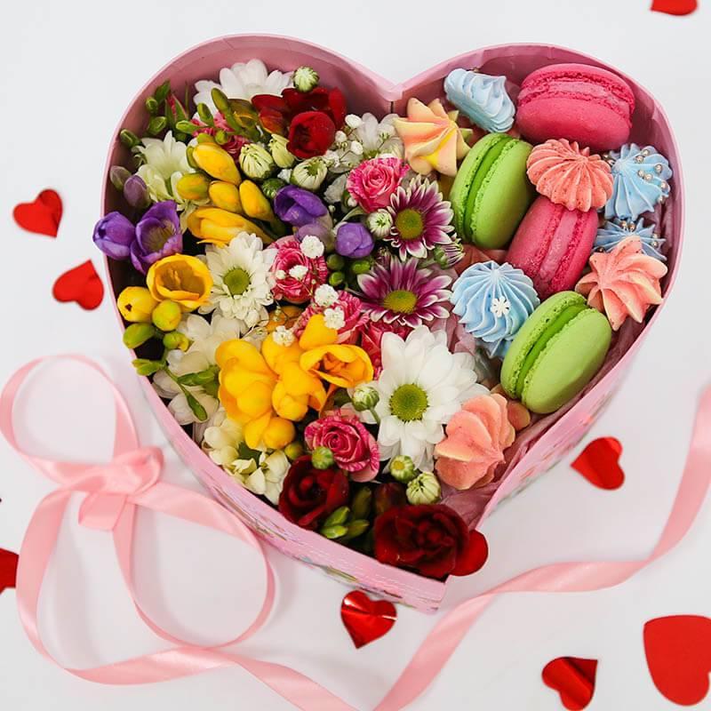 Макаронс с цветами и безе в сердечке
