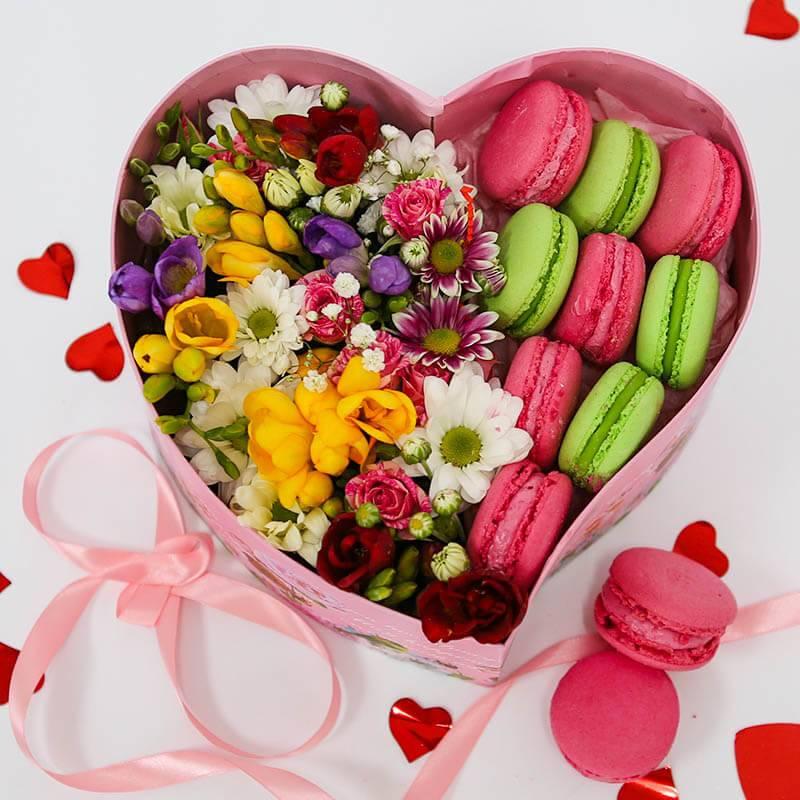 Макаронс с цветами в сердечке