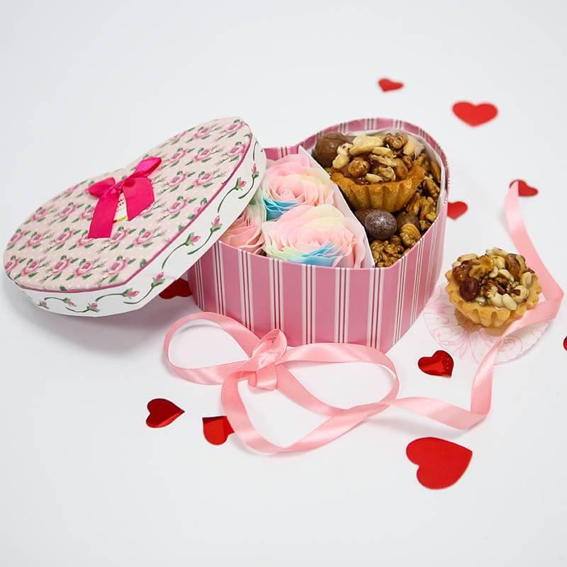 Нежное сердечко с мыльными розами и орехами