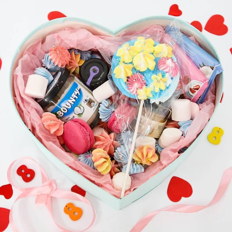 Коробка в форме сердца со сладостями