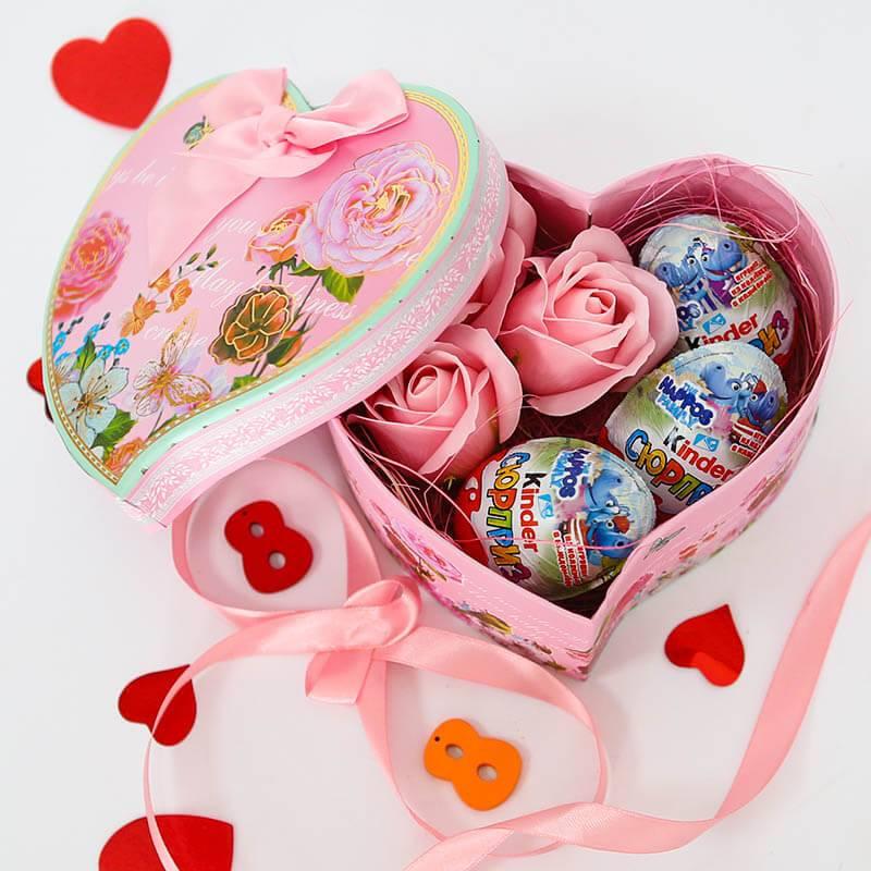 Нежное сердечко с мыльными розами и Киндер яйцами