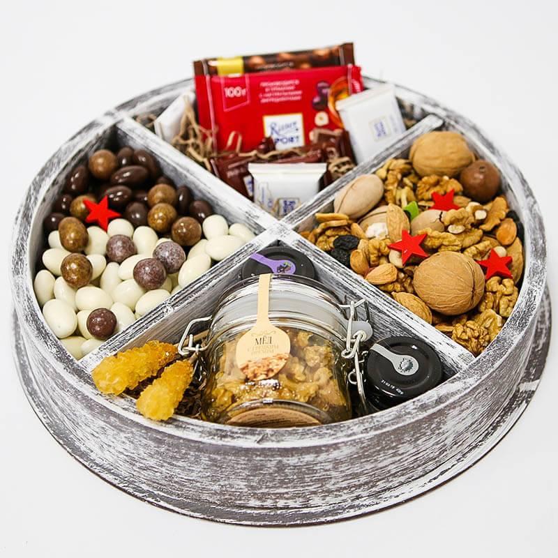 Большой подарочный бокс с орехами, медом и конфетами