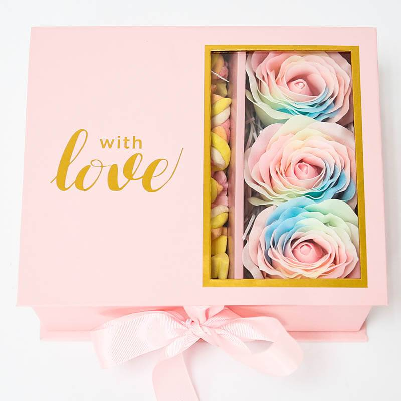 Подарочная коробка-шкатулка с воздушными сладостями и мыльными розами