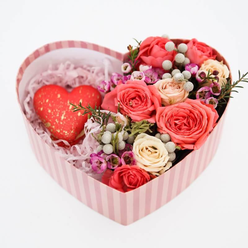 Сердечко из цветов с макаронс