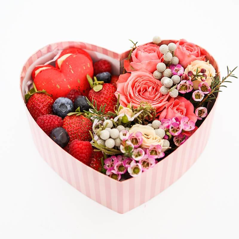 Сердечко из цветов с ягодами