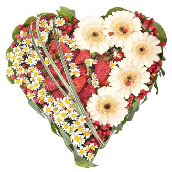 Сердце из цветов с клубникой