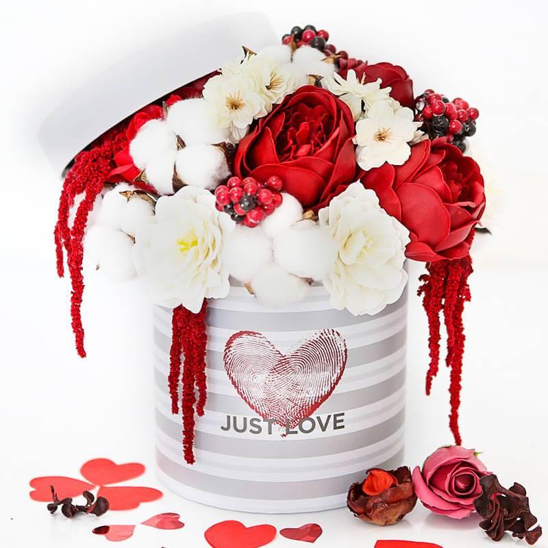 Шляпная коробка с пионами и розами из мыла