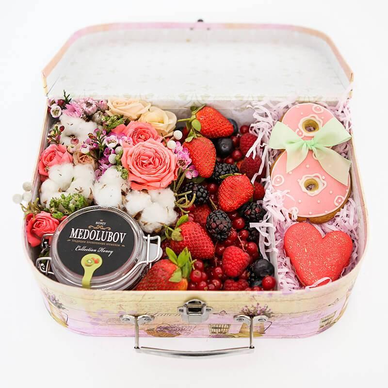 """Сундучок с цветами, печеньем, медом и ягодами """"8 марта"""""""