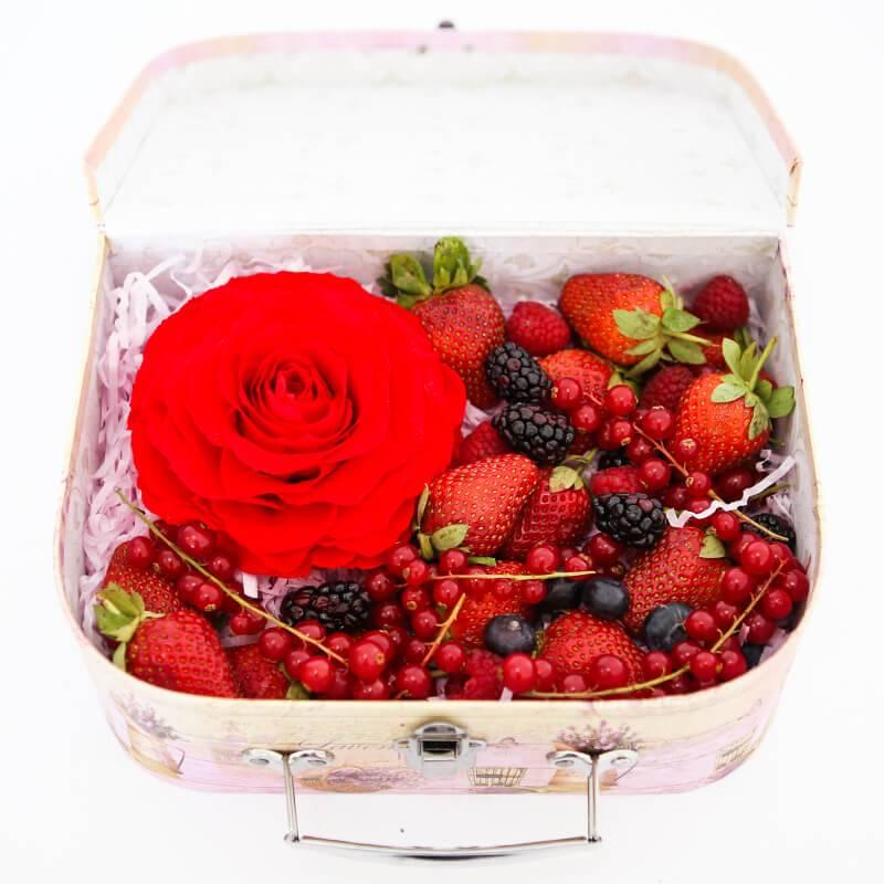Сундучок с ягодами и стабилизированной розой